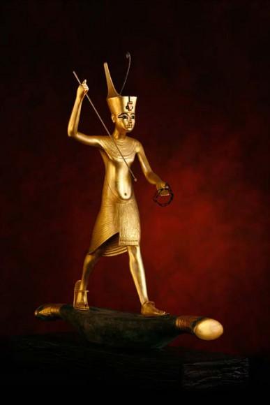 Figur des Königs auf einem Papyrusboot