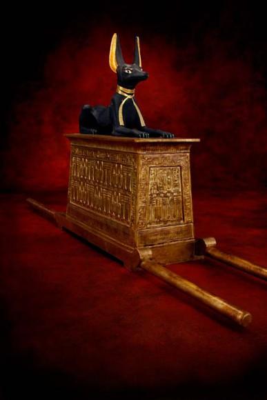Tragschrein mit Figur des Anubis